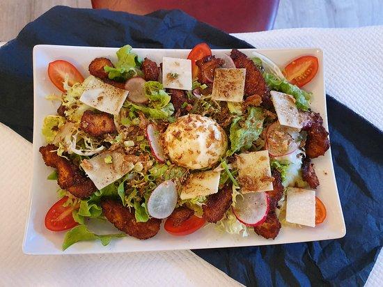 La jolie salade fermière avec son poulet croustillant au épices a la fois doux et sucré, et son œuf coulant à cœur 🤤