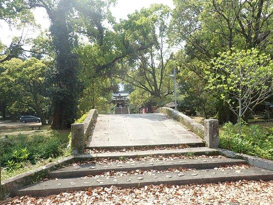 Tsuma Shrine: 参道にあった橋。この先に駐車場がありました。