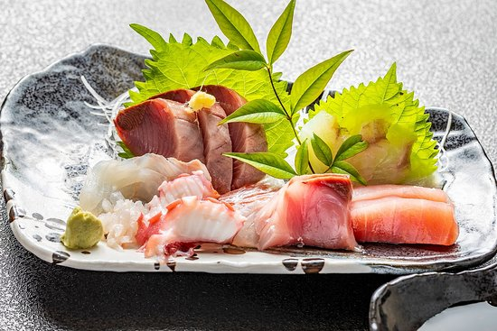 大津港水揚げの地魚刺身盛り合わせ 珍しい魚種とも出会えます。 例えば、あんこうの刺身 目光の刺身 ホッケの刺身 など 食べたことがないとおっしゃる方もたくさんおられます。 来店したら、食べないと損です。
