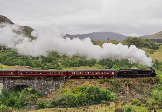 """Glenfinnan Viadukt, West Highland, Schottland- bemerkenswert besonders mit dem Dampfsonderzug """"The Jacobite"""" ( Harry-Potter-Zug) ein MUSS auch für nicht Eisenbahnbegeisterte. Viele Touristen warten auf diese Überfahrt entlang des Trails."""