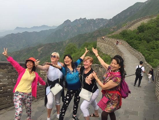 Mutianyu Great Wall Full-Day Private Tour from Beijing: Met some fun ladies on the wall 😍