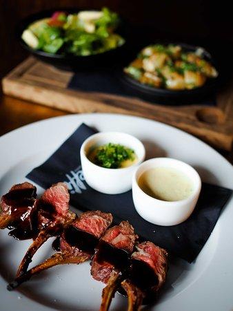 Treffi Pub & Bistro: Karitsan karetta, valkosipulivoita, queso fresco -salaattia & valkosipuliperunoita kastikkeilla.