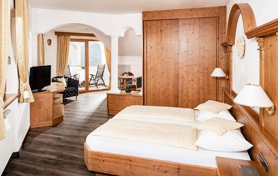 Hotel Krause: Romantiksuite - 45m² geräumige Suite mit allergikerfreundlichem Vinylboden in Holzoptik, Klimaanlage, Flat-Tv, Loggia zur Südseite mit wunderbarem Panoramablick, Ostbalkon, uvm...