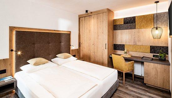 Hotel Krause: Kategorie Flieder - 18m² kleines Doppelzimmer mit  allergikerfreundlichem Vinylboden in Holzoptik, Flat Tv, großem Süd/Westbalkon mit wunderbarem Panoramablick uvm...