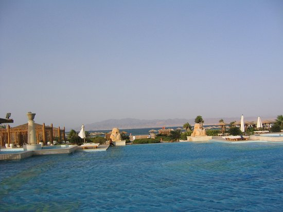 Blick vom Frühstückstisch über den Pool zum Strand