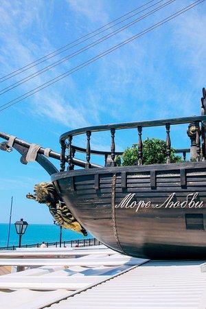 Mare d'Amore: аш европейский колорит со средиземноморскими нотками кроется в деталях. ⠀ Почувствуйте курортную атмосферу через бирюзовое стекло и листву вечнозеленых растений🌿