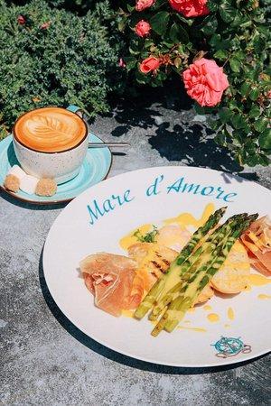 Mare d'Amore: Идеальный завтрак с хрустящими гренками в нежном голландском соусе со спаржей на гриле, где вершит яйцо пашот!