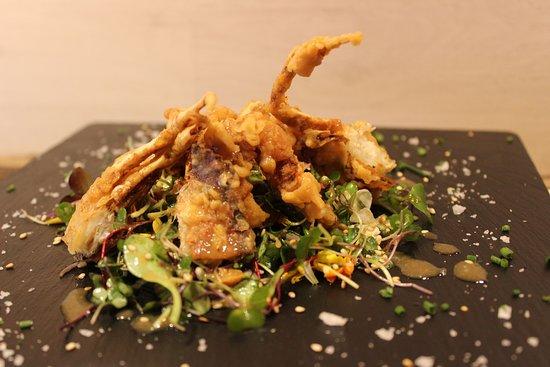 SOFT SHELL   Mixt d'algues i mesclum amb cranc cruixent de closca tou.  Mixto de algas y mezclum con cangrejo crujiente de caparazón blando.