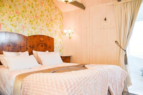 "Rummet ""Äppelkriget"" med lyxigt badrum."