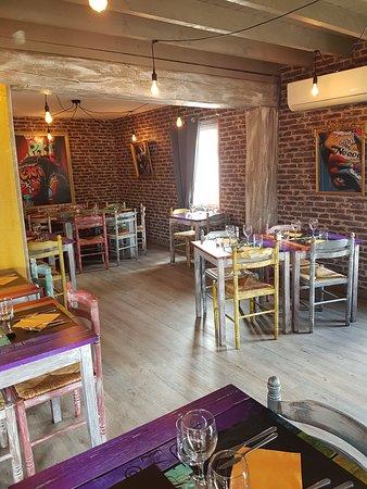 Saint-Jacques-sur-Darnetal, ฝรั่งเศส: La salle à manger. Une ambiance vingtage très colorée.