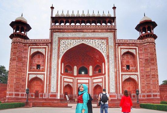 Pintu depan Taj Mahal yang berada dikota Agra, kokoh dan tinggi