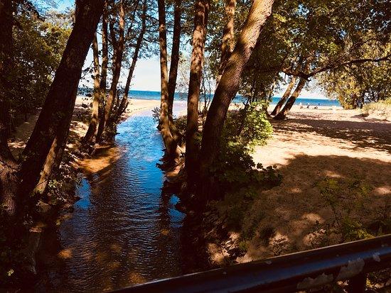 Plaża w Jelitkowie za każdym razem jest piękniejsza. Lubię ją szczególnie poza sezonem. Niespodzianki: kawa mrożona zakupiona w mobilnej kawiarni. Pan zmielił i świeżą kawę i zaparzył w ekspresie a następnie zrobił z niej mrożoną. Była pyszna.  Bar Karmazyn - rewelacja!