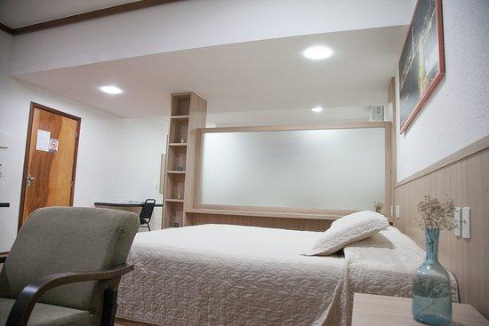 Suíte Executiva: É a categoria mais superior do hotel, que possui 01 cama casal e 02 camas solteiro, com divisória. Possui um mini-closet, 02 banheiros, varanda e rede.