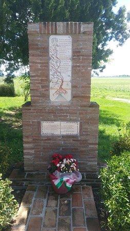 Cippo commemorativo accanto alla struttura