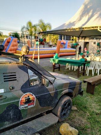 evento completo com uso da quadra de paintball e conjunto de infláveis e tendas montadas no estacionamento.