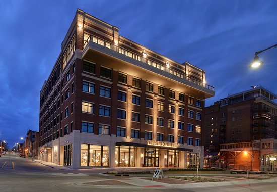 Maxwell's is located just off the lobby in the luxurious Merrill Hotel & Conference Center.