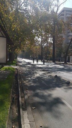Los domingos cierran Ricardo Lyon y se puede trotar, patinar, ir en bici etc por toda la avenida. MUY TRANQUILO es Providencia.