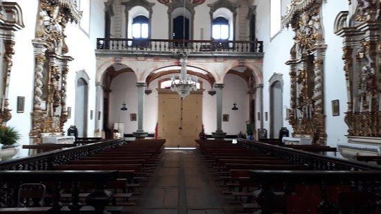 Igreja Nossa Senhora do Bom Sucesso: A nave central e o piso em campas da Matriz de Nossa Senhora do Bonsucesso