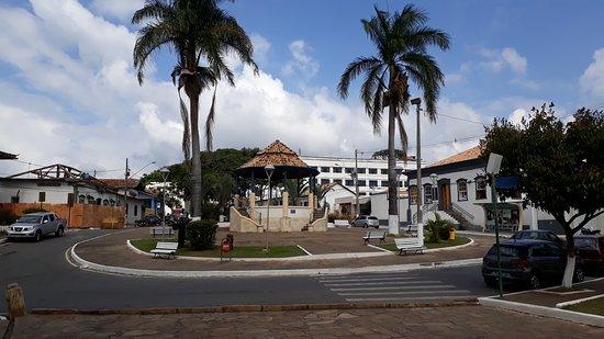 Igreja Nossa Senhora do Bom Sucesso: A Praça João Pinheiro ao lado da Matriz de Nossa Senhora do Bonsucesso