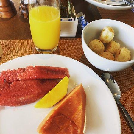"""Excelentes desayunos, con """"pan de queso"""", café de grano fresco -autoservicio-, panes y servicio de chef para huevos, tortillas y preparaciones."""