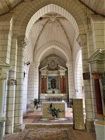 Richelieu, Frankrike: Une petite église rurale un peu à l'écart de tout, classée depuis 1962 et parfaitement restaurée. L'intérieur lumineux et coloré est accueillant, les différentes époques de construction ont créé un heureux mélange de styles.