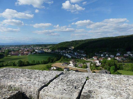 Boncourt, سويسرا: Vue sur les Vosges depuis la tour de Milandre à Boncourt