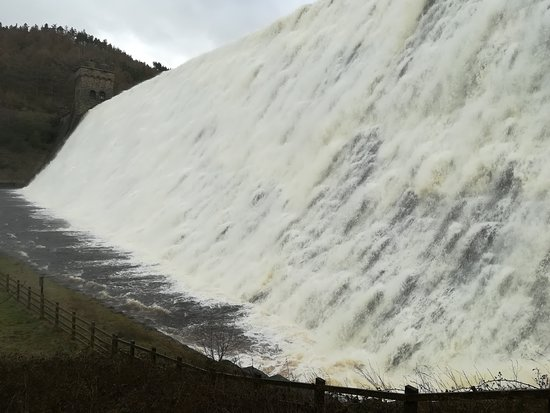 Bamford, UK: Derwent Dam spilling over...the noise and spray, amazing. (Doesn't always spill over, March 2019)