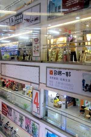 Onelink International Plaza: Many levels with nice little stores to satisfy every visiting shopper!