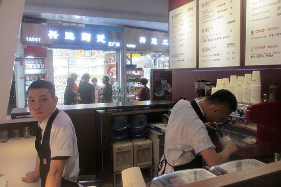 Onelink International Plaza: Barista making a Latte at La Cafferia