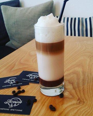 Latte macchiato avec sauce chocolat