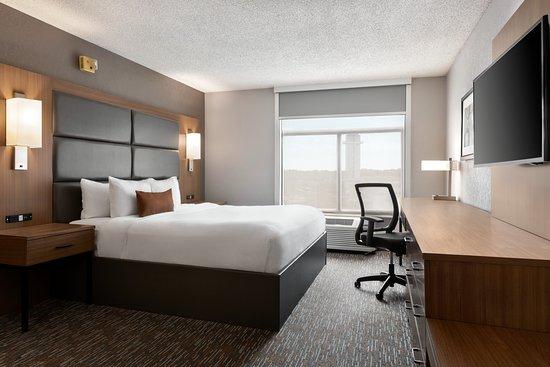 Wingate by Wyndham Cincinnati-Blue Ash: ADA King Guestroom