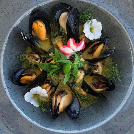 Porto Nikiana Restaurant: Μύδια αχνιστά σε ζωμό μοσχολέμονου και λάδι βασιλικού