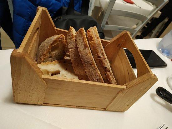 Pizzeria Alessandro: Originale Modo di presentare il pane : In cassetta di legno!