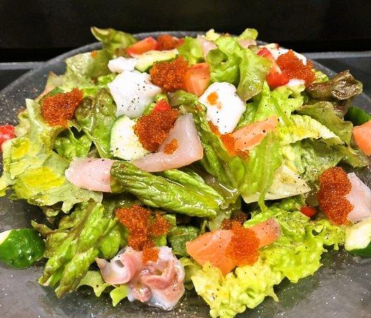 Izakaya Dining Ittoku: 海鮮サラダ