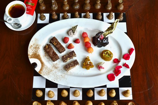 WelcomHeritage Urvashi's Retreat: Dessert war and a game of chess