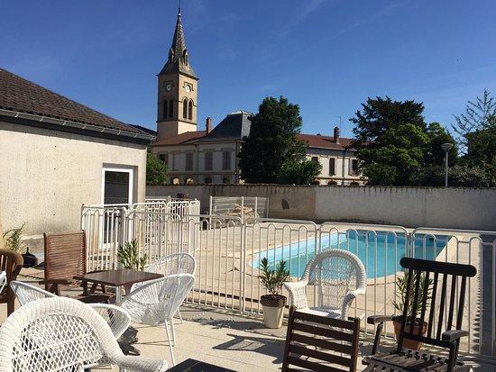 Pont-Eveque, ฝรั่งเศส: Terrasse du MOODz, au bord de la piscine réservée aux clients de l'hôtel