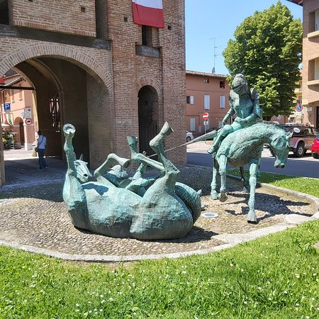 San Giorgio di Piano, อิตาลี: Scultura in rame dell'uccisione del drago da parte di San Giorgio. Copper sculpture of the killing of the dragon by St.George.