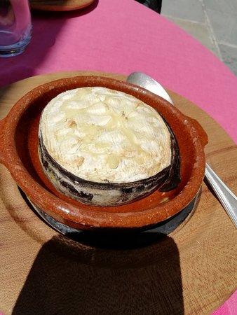 formaggio  fuso in corteccia d'abete da mangiare con patate e mocetta