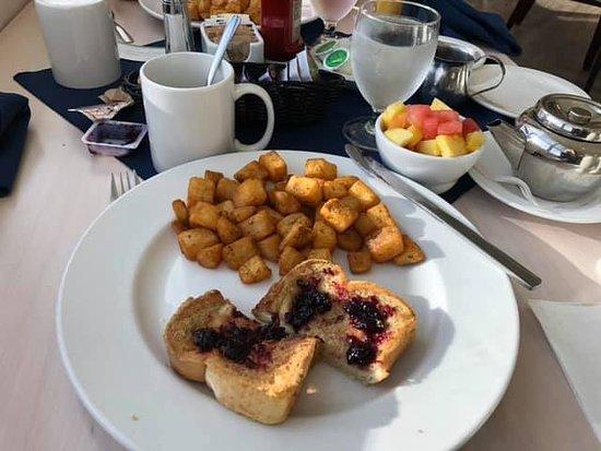 Roman's European Cuisine, Restaurant & Lounge: Vreselijke combinatie french toast en gebakken aardappelen.