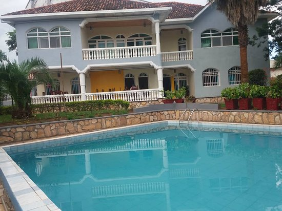 Fat Mama's Kitchen: Morning view of the pool and hotel