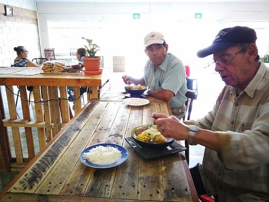 Restaurante El Buen Taco del Valle: servicio en la barra, Nuestros amigos disfrutando de la deliciosa Olla de carne.