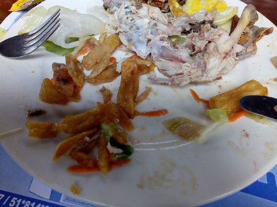 vista de las papas fritas servido con el pollo a la brasa
