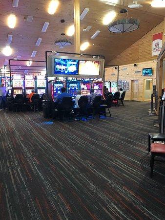 Naskila Gaming : Lots of machines in various rooms