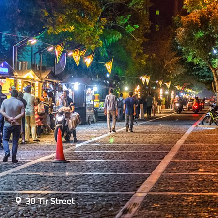 Тегеран, Иран: The street has turned into a popular hangout spot for couples and friends enjoying their time in the evening.