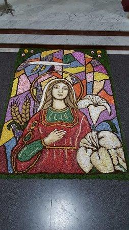 Lariano, إيطاليا: In attesa dell'infiorata di Lariano, la nostra amica Annamaria ha già ultimato il quadro di Santa Eurosia (patrona di Lariano)