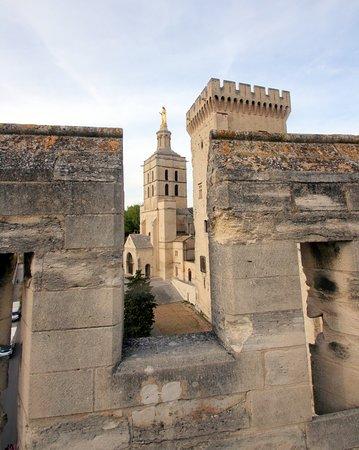 Вид со стены на главную башню