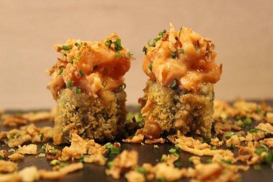 Shiaadi cruixent de salmó: rotllo cruixent d'alvocat amb salmó en tres textures.  Shiaadi crujiente de salmón: rollo crujiente de aguacate con salmón en tres texturas.