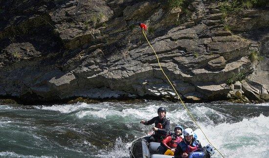cuerda de rescate para una balsa en acción