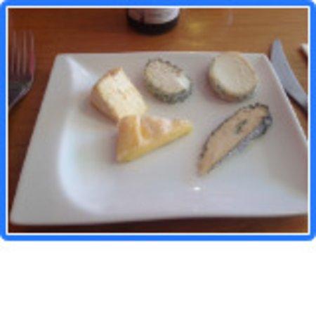 Le Temps des Cerises: succulents fromages locaux, les trois en avant étaient affolants des deux chèvres celui de gauche avait ma préférence