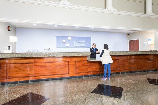 Holiday Inn Express Hotel & Suites Lake Charles: Lobby